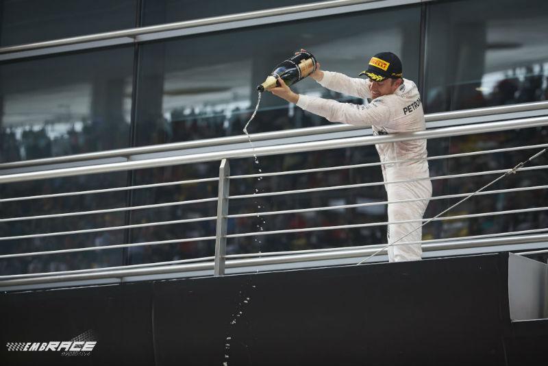 Rosberg onbedreigd naar zege na chaotische start
